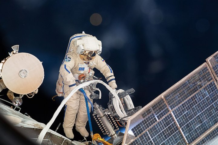 800px-ISS-56_EVA-2_(e)_Sergey_Prokopyev_lays_cable_for_Icarus